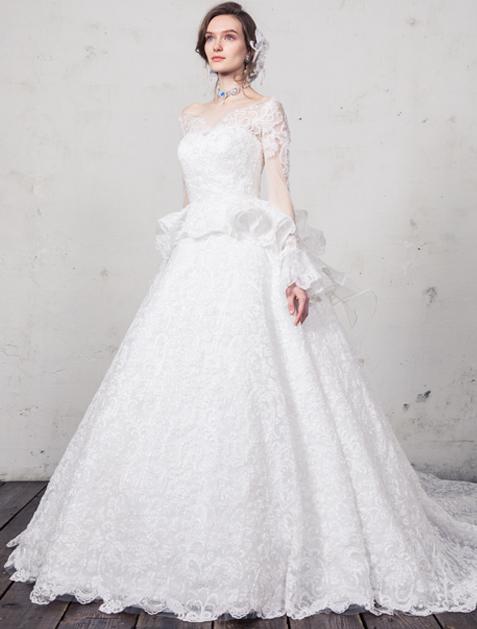 79b32d3618ab1 オーロラに輝くコードレースを贅沢に総使いにして、ドレス全体を透明感のある光で満たす。レースの存在感を存分に引き出すため、シルエットはシンプルにまとめたうえ  ...
